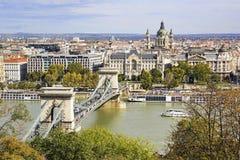 Weergeven van St Stephen Basiliek en Kettingsbrug in Boedapest in Au stock foto