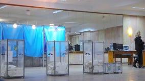 Weergeven van stemmingen in stembus bij stempost Verkiezing van de Voorzitter van de Oekraïne Waarnemers van verschillende politi stock videobeelden