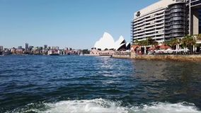 Weergeven van Sydney Opera House en Brug van havenveerboot, Australië stock footage