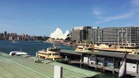 Weergeven van Sydney Opera House en Cirkelquayy, Sydney, Australië stock videobeelden
