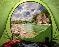Weergeven van tent aan Bialka-rivier in de pieniny bergen stock afbeeldingen