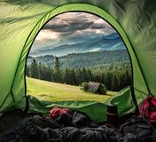 Weergeven van tent aan groene vallei in Tatra-bergen royalty-vrije stock foto's
