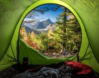 Weergeven van tent aan Tatra-bergen in de herfst bij zonsopgang stock fotografie