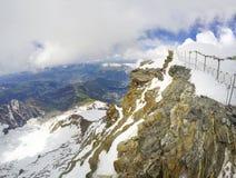 Weergeven van Tete Rousse-berghuis in Mont Blanc die route beklimmen stock foto's