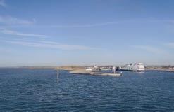 Weergeven van Texel-pijler met veerboot stock afbeelding