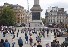 Weergeven van Trafalgar Square van Londen met Veel Mensen die ongeveer - Beeld lopen royalty-vrije stock afbeeldingen