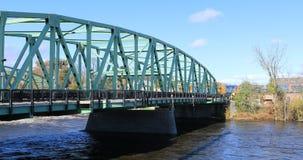 Weergeven van trein en bruggen in Westfield, Massachusetts 4K stock videobeelden