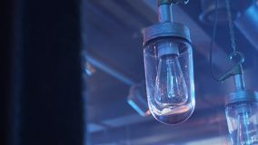 Weergeven van twee lampen met lang lightbulbs opgezet aan plafond met glas plafond stock footage