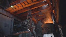 Weergeven van uitsmelting van metaal met gietlepel binnen gieterij lengte Binnenland van vuile metallurgische installatie in dark stock foto