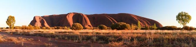 Weergeven van Uluru bij zonsopgang Uluru - het Nationale Park van Kata Tjuta Noordelijk Grondgebied australi? stock afbeelding