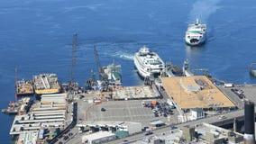 Weergeven van Veerboot die binnen aan terminal in Seattle, Washington komen stock fotografie