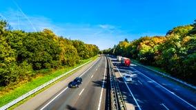 Weergeven van verkeer op de Snelweg van A28 of E232-tussen Zwolle en Amesfoort stock afbeeldingen