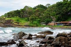 Weergeven van verlaten rotsachtige kustlijn en turkooise tropische onweersoverzees met een branding op tropisch Koh Chang-eiland  royalty-vrije stock foto's