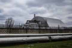 : Weergeven van vernietigde Reactor 4 en het Gedenkteken voor de vereffenaars van Tchernobyl royalty-vrije stock afbeeldingen