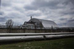 Weergeven van vernietigde Reactor 4 en het Gedenkteken voor de vereffenaars van Tchernobyl stock foto