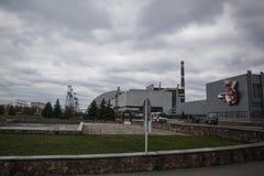: Weergeven van vernietigde Reactor 4 en het Gedenkteken voor de vereffenaars van Tchernobyl stock foto's