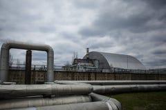 : Weergeven van vernietigde Reactor 4 en het Gedenkteken voor de vereffenaars van Tchernobyl royalty-vrije stock foto
