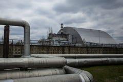 : Weergeven van vernietigde Reactor 4 en het Gedenkteken voor de vereffenaars van Tchernobyl royalty-vrije stock fotografie