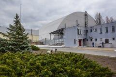: Weergeven van vernietigde Reactor 4 en het Gedenkteken voor de vereffenaars van Tchernobyl stock fotografie