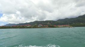 Weergeven van Villa's van Eden Island van de Boot, Mahe Island, Seychellen stock video
