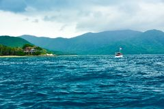 Weergeven van vissersboten op het ruwe oceaanoverzees in blauwe hemelmiddag royalty-vrije stock fotografie