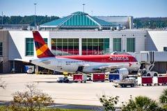 Weergeven van vliegtuig van Avianca-Luchtvaartlijnen AV bij de poort in Orlando International Airport MCO 2 royalty-vrije stock foto