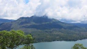 Weergeven van vulkaan en Batur-meer, op Kintamani-berggebied stock fotografie
