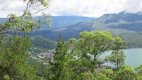 Weergeven van vulkaan en Batur-meer, op Kintamani-berggebied stock afbeeldingen