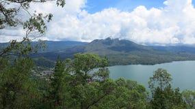 Weergeven van vulkaan en Batur-meer, op Kintamani-berggebied royalty-vrije stock foto's