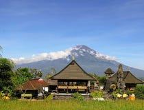 Weergeven van vulkaan Gunung Agung op het eiland van Bali in Indonesië stock foto's
