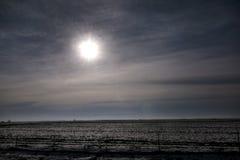 Weergeven van weg van de weiden en de gebieden van het de winterlandschap die met laag van sneeuw worden behandeld Verbazend natu royalty-vrije stock foto's
