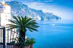 Weergeven van weinig palm in Atrani-dorps achtergrondamalfi Kust in Italië stock afbeelding