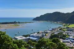 Weergeven van Whakatane-stad van Puketapu-Vooruitzicht bij Whakatane-stad in Nieuw Zeeland stock afbeelding