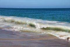 Weergeven van Witte Golf die op Perfect Sandy Beach achteruitgaan royalty-vrije stock afbeeldingen