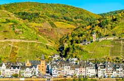 Weergeven van Zell-stad op de rivier Moezel in Duitsland stock fotografie