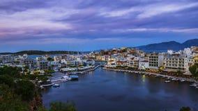 Weergeven van zonsondergang over Meer Voulismeni in Agios Nikolaos, Eiland Kreta, Griekenland - timelapse, uitzoomen, schuine sta stock video