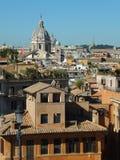 Weergeven vanaf de bovenkant van de Spaanse Stappen in Rome wordt genomen die naar de Basiliek die van SS kijken Ambrose en Charl royalty-vrije stock afbeelding