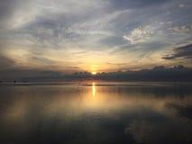 Weergevenachtergrond van zonsopgangbezinning over het meer met de rust van water stock foto's