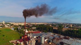 Weergevenpunt van het roken schoorsteen zwarte kleuren, brandende brand en rook die fabriekspijpen naar voren komen 4K stock footage