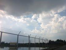 Weerhaakdraad en witte wolk Stock Afbeeldingen