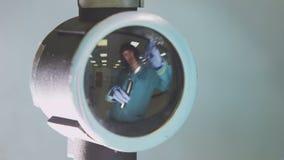 Weerspiegeld in glas giet de vrouw van het dekkingsbeeld vloeistof van fles aan buis stock video