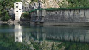 Weerspiegelde Dam in het reservoir Stock Afbeeldingen