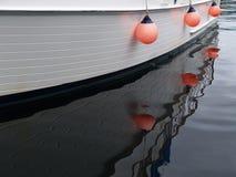 Weerspiegelde Hangende sinaasappel bouys Stock Foto