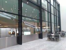 Weerspiegelde Rolling Helling in een Zaal van Zürich-Luchthaven ZRH royalty-vrije stock fotografie