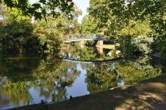 Weerspiegelde Voetbrug in Jardin-Publiek, Bordeaux, Frankrijk Royalty-vrije Stock Foto