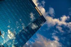 Weerspiegelde wolken in de spiegel van skyscrapper Royalty-vrije Stock Foto's