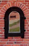 Weerspiegelend venster op de muur stock afbeeldingen