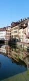 Weerspiegelende gebouwen in Annecy Frankrijk Stock Afbeeldingen