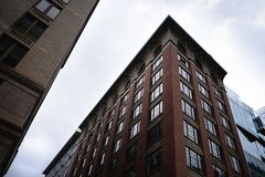 Weerspiegelende vensters in baksteenhighrise van de binnenstad stock fotografie