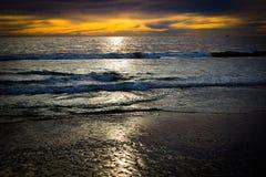Weerspiegelende vreedzame oceaanzonsondergang van kust Stock Foto
